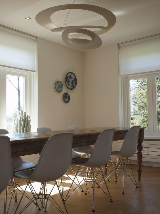 Interieurontwerp eethoek antieke eettafel met design stoelen en verlichting interieur for Interieurontwerp