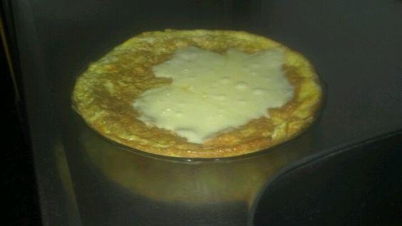 Tortilla de huevo y queso rallado con muzzarella