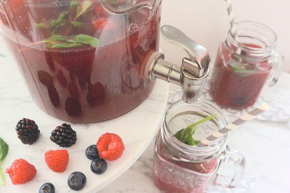 Op een mooie voorjaarsdag is er niks lekkerder dan een groot, fris glas ice tea. Met HEMA thee als basis is een fruitige en zelfgemaakte ice tea een fluitje van een cent. Lees snel verder voor twee heerlijke dorstlessende recepten!