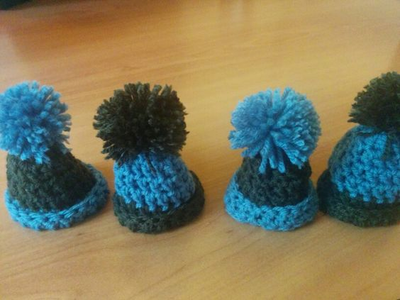 My first egg hats :) Made for B&B Barnaluz. Pattern is based on http://la-liefde.blogspot.nl/2012/03/goed-gemutste-eitjes-tutorial-egg-cosy.html?m=1. Started with magic loop of 4 instead.