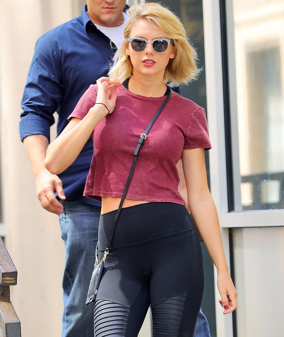 #Taylor #Swift in a crop top and #leggings