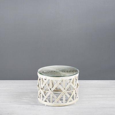 <p>Dieser Artikel ist NUR ONLINE erhältlich!</p><p>Dieser dekorative Couchtisch mit einem attraktiven Rattangestell in Weiß und einer runden Tischplatte aus Glas ist eine schicke Ergänzung für Ihr Zuhause. Der Couchtisch mit einem Durchmesser von ca. 60 cm ist ca. 40 cm hoch, besticht durch sein charmantes Design und die Oberfläche im Shabby-Chic.</p><p>Zeit für einen neuen Look für Ihr Zuhause? Dieser Couchtisch überzeugt.</p>