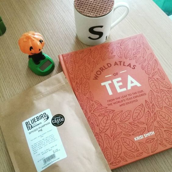 Some autumnal tea treats from @bluebirdteaco - treated myself in town today. Might get @krisismithteamixologist to sign this book when I see her next 😉 Also @klinakloen taught me the importance of a good stroopwaffle with tea- these are from Tiger. #autumn #pumpkinspice #tea #amreading #treatyoself #stroopwafel:
