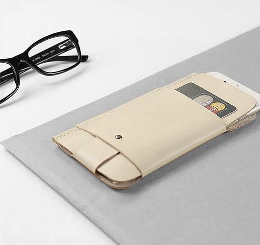 Die minimalistische iPhone Hülle aus Leder für das iPhone 6 Plus / 6S Plus wurde im Hamburger Studio Alexej Nagel designed und mit größter Sorgfalt in Handarbeit gefertigt. Hier entdecken und shoppen: http://sturbock.me/8Lq