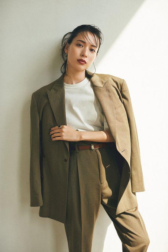 ジャケットとパンツのセットアップがクールな戸田恵梨香さん
