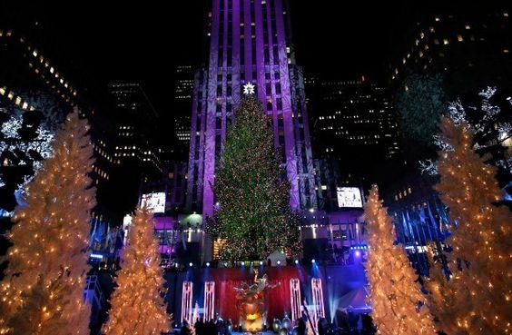 Encendido árbol de navidad más alto del mundo. El 28 de noviembre comienza oficialmente la navidad en Nueva York con el encendido del árbol de navidad más grande del mundo. Cada año, una celebridad tiene el honor de hacer efectivo este ritual frente a las miles de personas que aguardan ansiosas al frente del Rockefeller Center. ¡Todo un espectáculo!