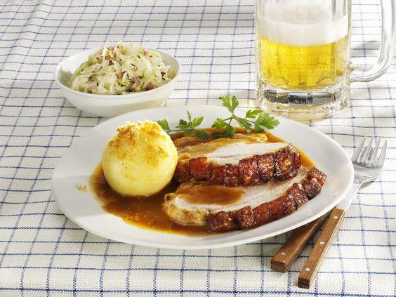 Bayerischer Schweinebraten mit Kartoffelknödel - vielleicht DER deutsche Klassiker! Mit diesem Rezept für Braten, Salat und Klöße kann man Gäste schon mal gut beeindrucken! ;-)