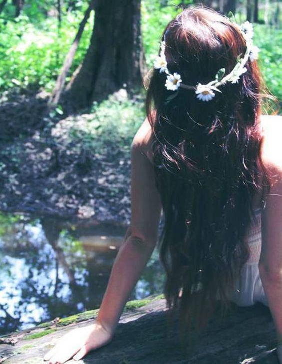 Des fleurs hippie dans les cheveux