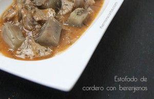 Un estofado de cordero en el que la carne queda muy tierna y jugosa, bañada una salsa de vino blanco y acompañada de berenjenas al tomillo.
