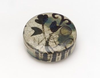 Oribe-style incense container with design of kudzu  18th century    Ogata Kenzan , (Japanese, 1663-1743)   Edo period     Buff clay with white slip, iron and copper pigments under transparent glaze  H: 3.5 W: 8.9 D: 8.9 cm   Kyoto, Japan
