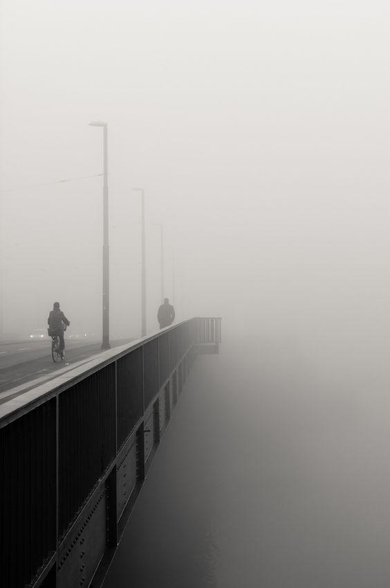 Pont dans la brume: