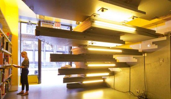 Livraria Val Alen, projeto do escritório de arquitetura Lot-Ek usando portas recuperadas da construção civil.