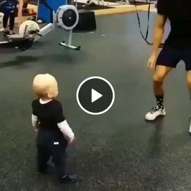 O menino seguindo o exemplo do treinador