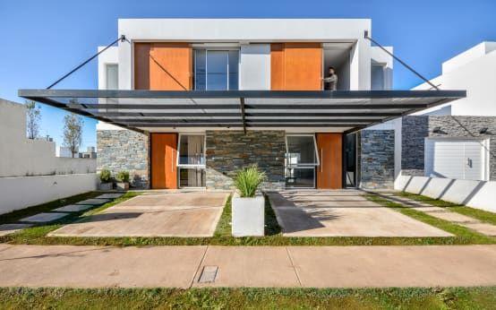Aquí Te Explicamos Qué Son Las Casas Adosadas Y Te Presentamos Ideas Y Diseños Las Casas Adosada Casas De Dos Pisos Fachadas De Casas Modernas Planos De Casas