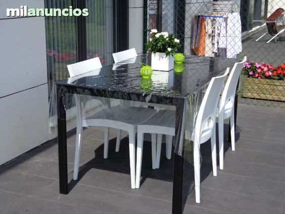 . Mesa de jard�n en color negro, de estilo moderno 86x160cm. Pueden comer hasta seis personas.