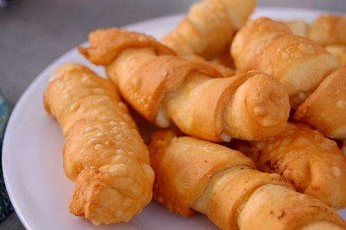 The tequeños, Venezuelan appetizers are prepared with cheese sticks and fried dough wrapped when eating, are very rich and simple...