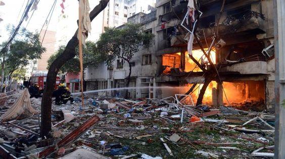 """Explotó un edificio en Rosario: hay al menos un muerto. Aseguran que la zona de la explosión """"parece una zona de guerra"""" y registran escapes de gas.  Enterate qué fue lo que pasó acá www.minutouno.com/c295243"""