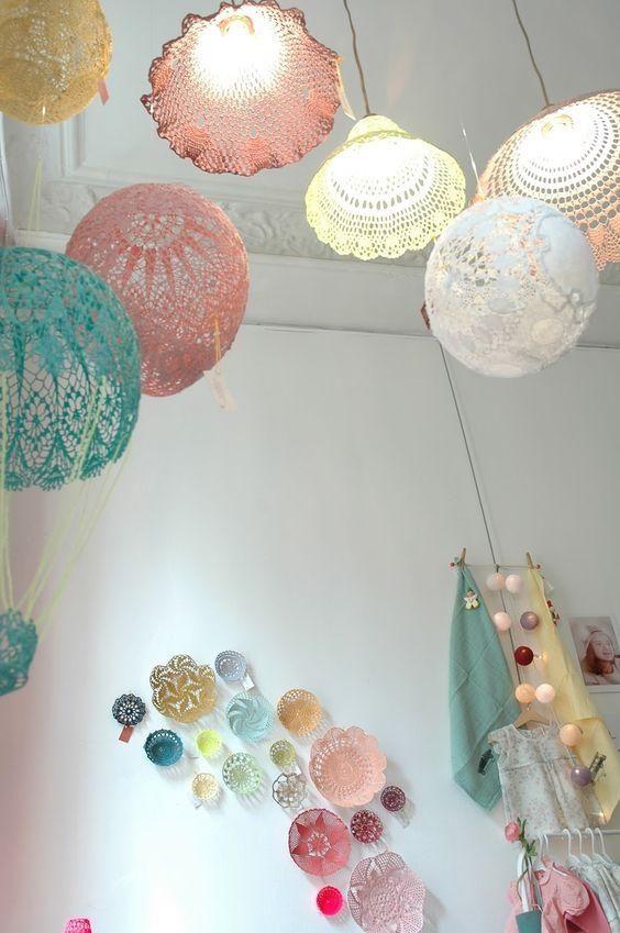 100円ショップで売っているドイリーは レースの編み目模様が繊細な布小物 こちらを使って シーリングライトのシェードと手作りしてみませんか ドイリーの隙間からもれる電球の光が 模様のように浮かび上がってとってもエ Lampe Napperon Maison En Crochet