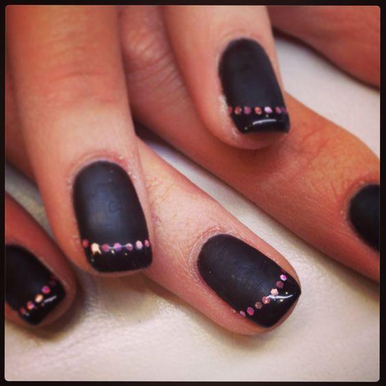 Vernis semi,permanent french noir brillante sur base noir mat et liseret paillette rose