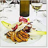 Poire Bartlett de Californie grillée et salade de Radicchio aux oignons rouges confits avec vinaigrette au champagne