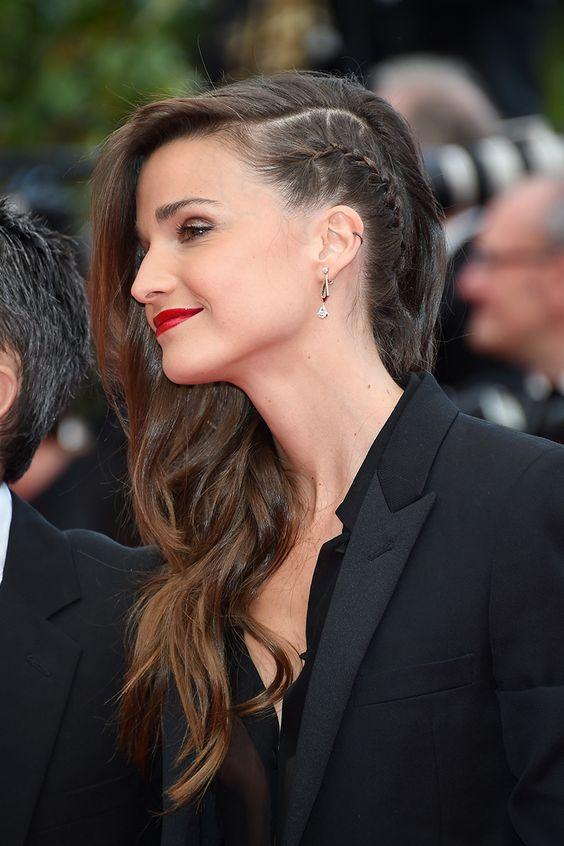 Celine Bosquet llegó actitud rocker con una trenza de lado al estilo francés y cabello suelto en ondas. #Cannes2014