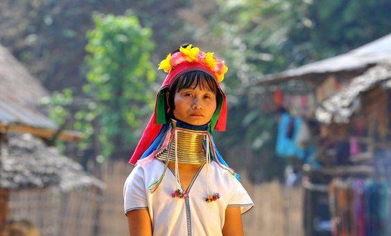 Una visita a las Mujeres Jirafa es algo que no te puedes perder en tu #viaje a #Tailandia. Descubre una cultura única de este país, un pueblo del que te llevarás un recuerdo inolvidable. Se encuentra situado entre Chiang Mai y Chiang Rai, y el espectáculo de ver estas mujeres con los anillos de latón en el cuello es impresionante. No te pierdas nuestro articulo en el blog para saber más http://blog.felicesvacaciones.es/417-mujeres-jirafa-de-tailandia