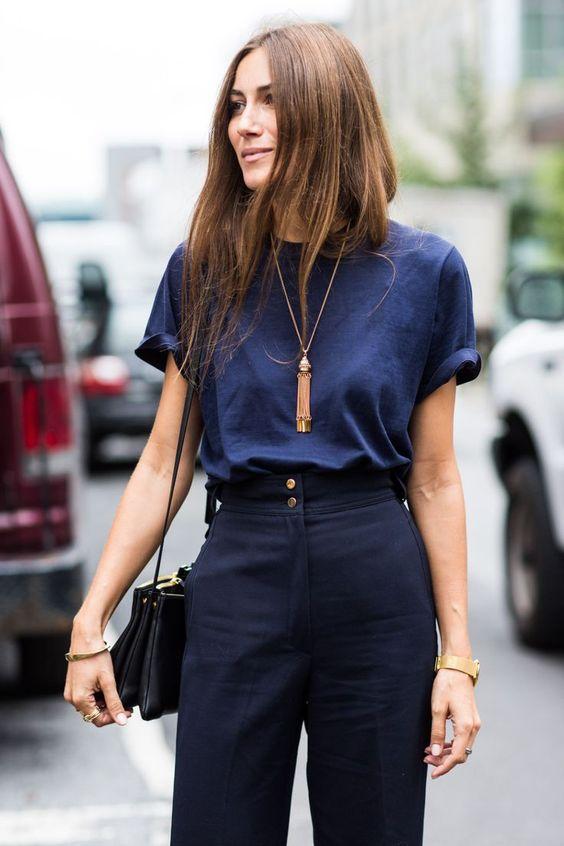 navy look, inspiração street style, t-shirt azul marinho, calça alfaiataria azul marinho de cintura alta, colar dourado, bolsa a tiracolo preta: