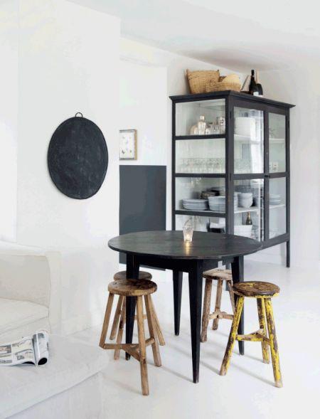 Smukt og enkelt i hvidt og sort   vitrine // nordic living ...