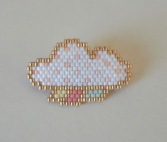 Broche nuage blanc et doré en perles Miyuki de la boutique Liliazalee sur Etsy: