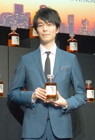 ウイスキーを持つ長谷川博己