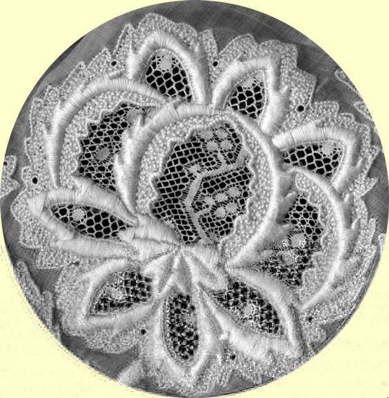 Motif floral d'une coiffe loudunaise, vers 1900 - Vienne