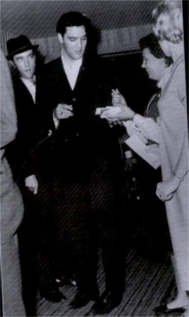 March 18 1961 , Elvis was on his way to Los Angeles, but stayed the night in Chicago at the O'Hara Inn near the airport.