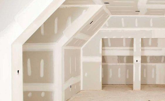 Комната со стенами и потолком без отделки из гипсокартона.