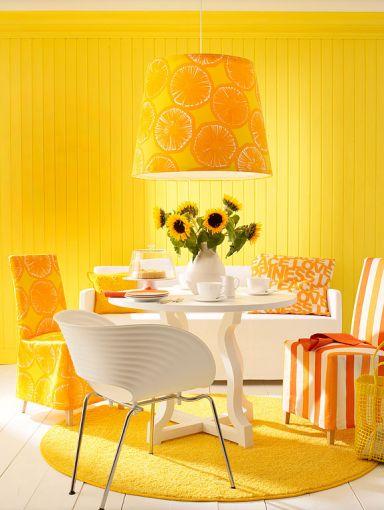 Essplatz mit Hängeleuchte betonen Eine Hängeleuchte legt in kleinen Räumen den Fokus auf den Esstisch. So lenkt sie von den beengten Verhältnissen ab. Ist sie zudem in einer starken Farbe oder mit einem auffälligen Muster gestaltet, wirkt sie zusätzlich als Eyecatcher.