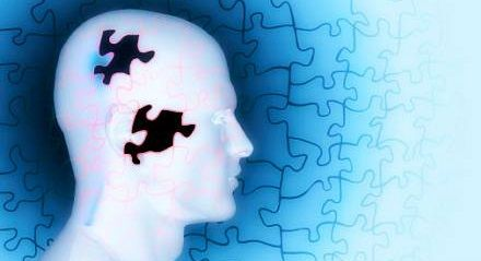 Contrair um vírus comum, chamado citomegalovírus (CMV), pode contribuir para o desenvolvimento da doença de Alzheimer, sugere um novo estudo do cérebros de pessoas idosas.