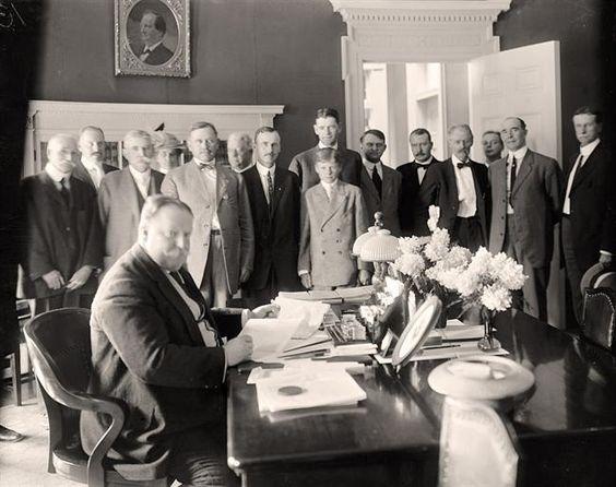 William Howard Taft signing Arizona Statehood Bill