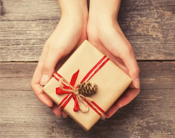 Se há algo que todas (ou quase todas) as pessoas gostam é receber presentes. Muitas também se sentem bem em oferecê-los. Veja como dar e receber presentes.