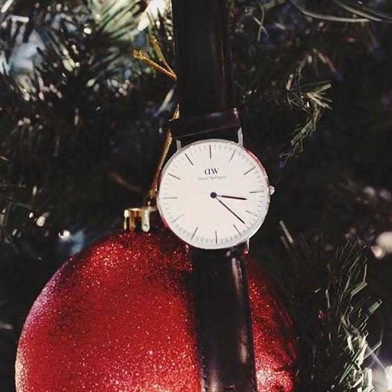 """¡Es época de dar y recibir!  Si no sabes qué regalar entra a @danielwellington y usa el código """"aboutfits"""" para recibir 15% de desc. en el total de tu compra, tienes hasta el 15 de enero.  The perfect holiday gift - DW  #DanielWellington #DW #wishlist #gifts #holidays #christmas"""