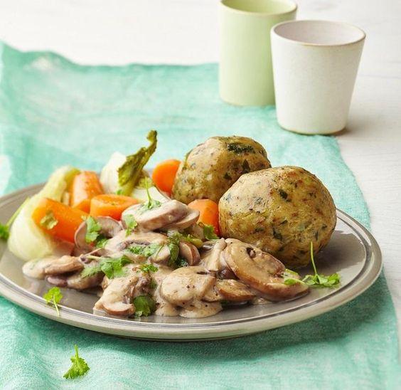"""Semmelknödel mit Pilzrahm-Sauce – perfekt auch für Vegetarier. Aus: """"Kochen mit dem Thermomix – Trennkost"""", TRIAS Verlag ©Meike Bergmann, Berlin"""