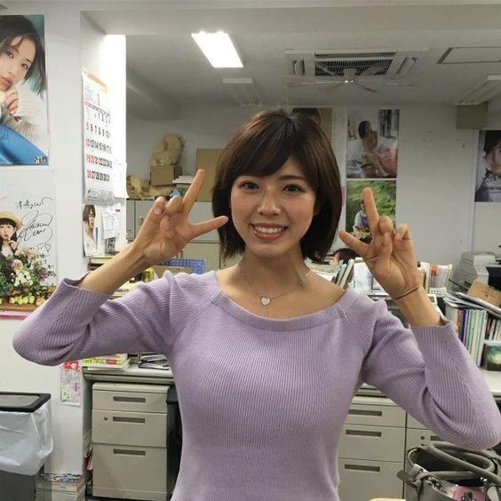 オフィスでピースサインのわちみなみのエロ可愛い画像