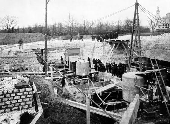 La construcción de la Torre Eiffel - aire comprimido bajo el agua para los cimientos. Mayo 1887