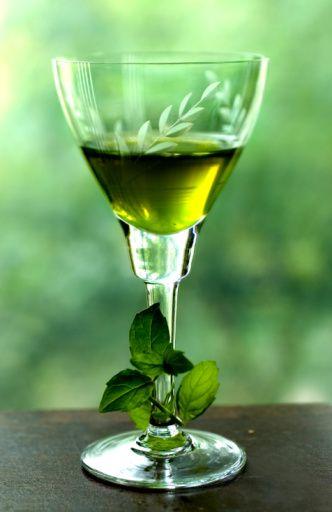 Liquore alla menta:1 lt. alcool a 95° - 1 lt. acqua - 650 gr. zucchero - 50 foglie di menta Lavare accuratamente la menta, asciugarla e versarla in un contenitore ampio con chiusura ermetica con tutto l'acool e chiudere, macerare per una settimana.in una pentola: lo zucchero e l'acqua.per fare sciogliere lo zucchero, fare bollire un paio di minuti, fare raffreddare. Unire l'alcool filtrato e travasare nelle bottiglie. Fare riposare un mese.