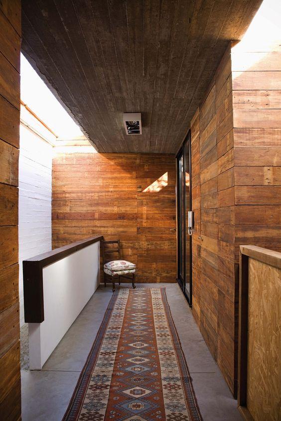 Pasillo con revestimiento de madera reciclada en la casa sustentable de Beccar del Estudio AB. Foto: Javier Csecs