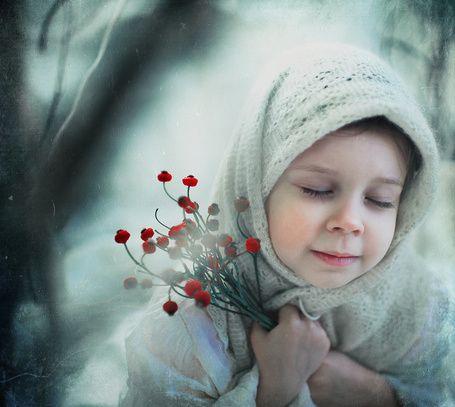 Фото Девочка в пуховом платке с цветами