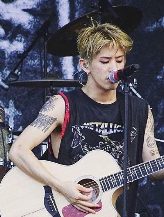 ギターを弾くTaka