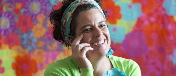 Bebel Franco em seu apartamento em Copacabana, onde mantém um esqueleto sentado à mesa de jantar Foto: Ana Branco / O Globo