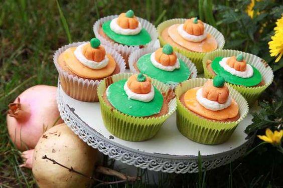 Un'idea allegra e colorata per rendere anche dei semplici muffin a tema con la festa di Halloween. Basterà decorare i nostri dolcetti con delle piccole zucche di zucchero. http://www.alice.tv/ricette-cucina/cake-design/muffin-zucca-halloween