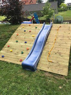 Rutsche Und Kletterwand Im Garten Garten Kletterwand Rutsche Backyard Playground Backyard Play Backyard Fun