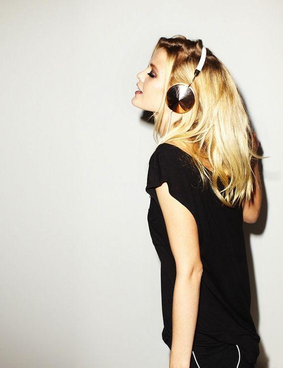 Hallgass zenét!