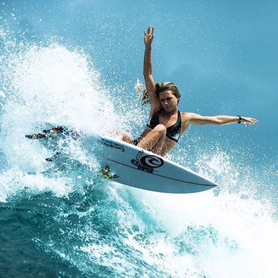 真剣な表情の女性とサーフィン